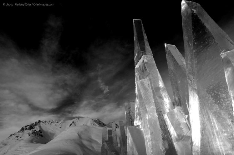 Ice Skyline b/n foto di Pierluigi Orler - installazione artistica di Marco Nones PespirArt Pampeago