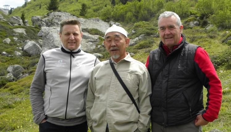 Da sinistra: Marco Nones, Hidetoshi Nagasawa e Giampaolo Osele creano opere nel Parco d'Arte RespirArt