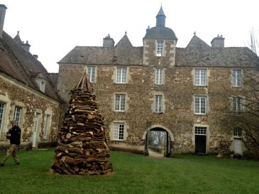 Installazioni d'arte di Marco Nones nel giardino di Chateau De Ratilly